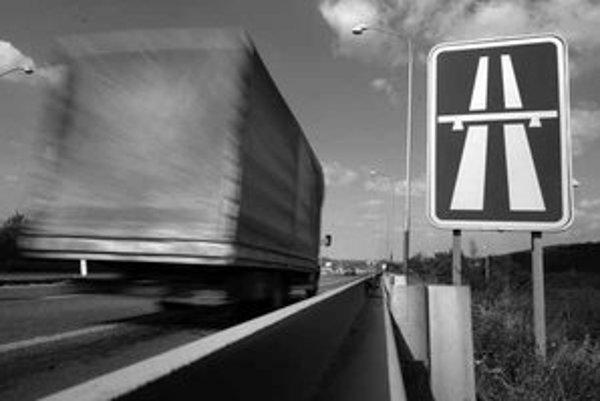 Záujem vybudovať systém elektronického mýta na slovenských diaľniciach prejavilo osem spoločností. Päť z nich by už malo byť mimo hry.