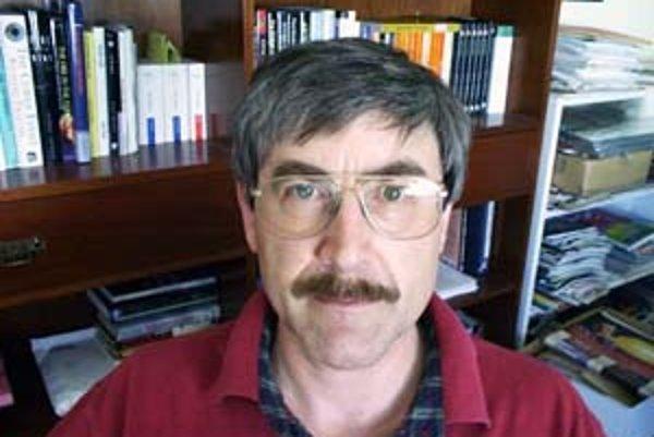 Paul Davies (1946) je teoretický fyzik, kozmológ, astrobiológ, spisovateľ, publicista a moderátor. Pôsobil na univerzitách v Cambridgei, Londýne, Newcastle upon Tyne a v Adelaide a Sydney. Aktuálne vedie stredisko výskumu základov vedy na Arizonskej štátn