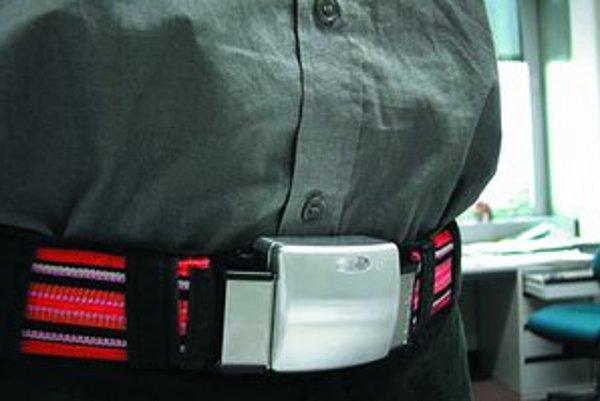 Na obrázku je senzor na opasku odosielajúci lekárovi údaje o zdravotnom stave pacienta.