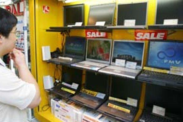Ľudia tento rok opäť uvažujú, že svojim blízkym pod stromček kúpia počítač.