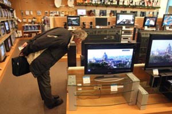 Čoraz viac ľudí si môže dovoliť kúpiť LCD alebo plazmové televízory, lebo ich cena klesá. Preto aj obchodníci predpokladajú, že sa stanú obľúbenými vianočnými darčekmi.