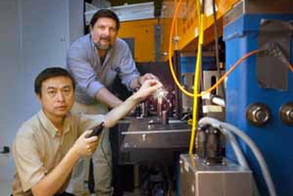 Yuzhen Shen (vľavo) s kolegom Larrym Carrom pri novom zdroji svetelných superzábleskov.