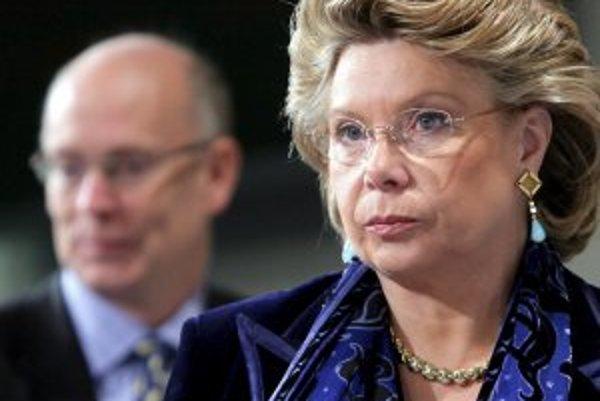 Eurokomisárke pre informačnú spoločnosť Viviane Redingovej (na snímke) sa podarilo presadiť, aby boli volania z cudziny výrazne lacnejšie, ako doteraz.