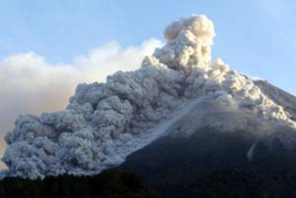 Indonézska sopka Merapi. Napodobniť ju inými prostriedkami by nebol podľa vedcov problém; prispelo by to k ochladeniu planéty. ILUSTRAČNÉ