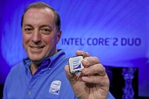 Najdôležitejšia hardvérová inovácia roku 2006: šéf Intelu Paul Otellini ukazuje procesor Intel Core 2 Duo.