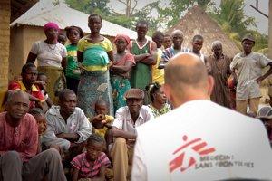 Epidemiológ Michel Van Herp obchádzal okrem iného dediny a vysvetľoval v nich, ako sa brániť pred ebolou.