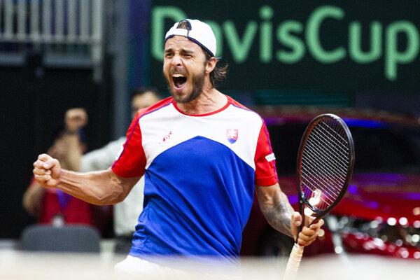 Andrej Martin oslavuje výhru 2:1 na sety proti Švajčiarovi Henrimu Laaksonenovi v druhej dvojhre zápasu 1. skupiny euro-africkej zóny Davisovho pohára tenisových družstiev Slovensko - Švajčiarsko.