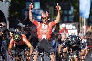 Michael Matthews (uprostred) víťazí pred Petrom Saganom (vpravo) na pretekoch Grand Prix Cycliste de Québec 2019.