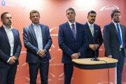 Členovia predsedníctva Most-Híd Peter Antal, László Sólymos, predseda strany Most-Híd Béla Bugár, nový podpredseda strany Most-Híd Attila Agócs a podpredseda strany Most-Híd Ábel Ravasz.