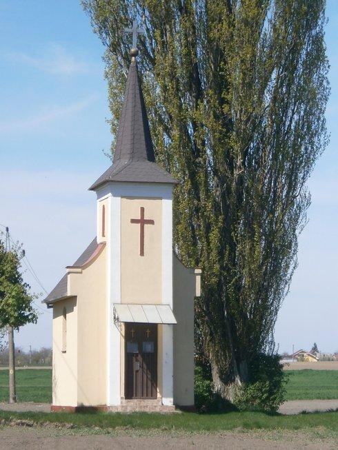 kaplnka-v-chotari-medzi-suranmi-a-kostol_r6968_res.jpg