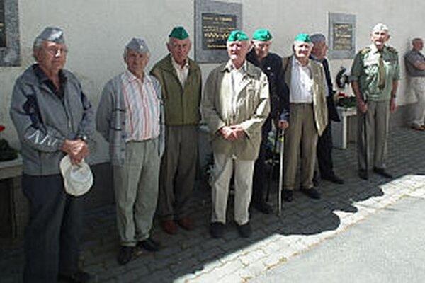 Bývalí väzni dostali ako spomienku aj väzenské čapice.