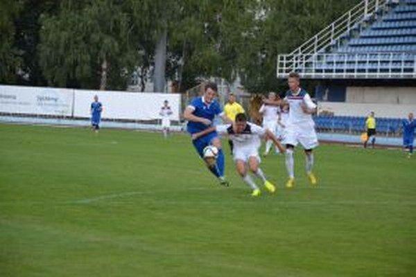 Dubničania (v bielom) zvýšenou snahou získali s Gabčíkovom aspoň bod.