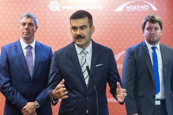 Na snímke zľava predseda strany Most-Híd Béla Bugár, nový podpredseda strany Most-Híd Attila Agócs a podpredseda strany Most-Híd Ábel Ravasz počas tlačovej konferencie po sneme strany Most-Híd v Bratislave 14. septembra.