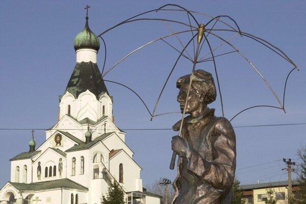 Chrám Svätého Ducha v Medzilaborciach v popredí so sochou Andyho Warhola.