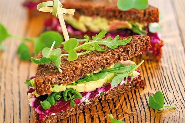 Syrový sendvič s cvikou a avokádom