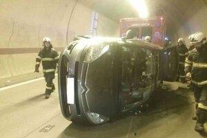 Auto prevrátené v tuneli Sitina.