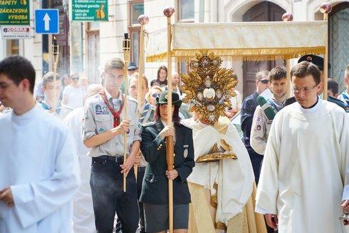 6.-arcibiskup-s-monstranciou-pod-baldach_r2425_res.jpg