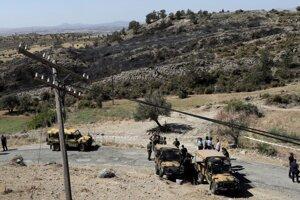 Tureckí vojaci a policajti hliadkujú v okolí dediny Taškent v severnej, tureckej časti ostrova.