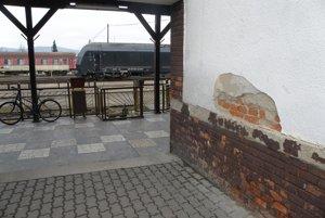 Pred obnovou: Opadaná omietka na budove stanice bola úplne bežná.