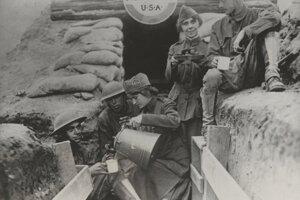 Členky armády spásy servírujú kávu vojakom v zákopoch počas I. svetovej vojny.