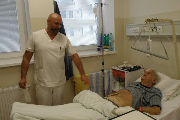 Primár Roman Velický s pacientom Jánom.