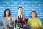 Zľava: Členka predsedníctva KDH Caroline Líšková, predseda KDH Alojz Hlina a poslankyňa NR SR a nová členka KDH Anna Verešová.