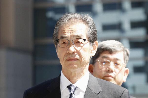 Bývalý viceprezident TEPCO Ichiro Takekuro prichádza na súd v Tokiu.