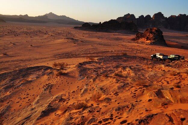 Atmosféra púšte Wadi Rum pri západe slnka