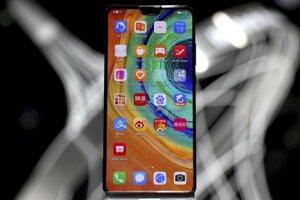 Smartfón Huawei Mate 30 počas predstavenia v Mníchove.