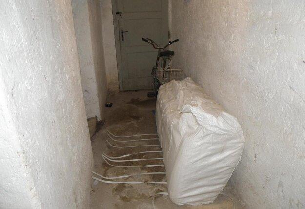 Vo veľkom balíku sú v pivničných priestoroch Mestského domu v Prievidzi pripravené v prípade povodne vrecia na piesok.