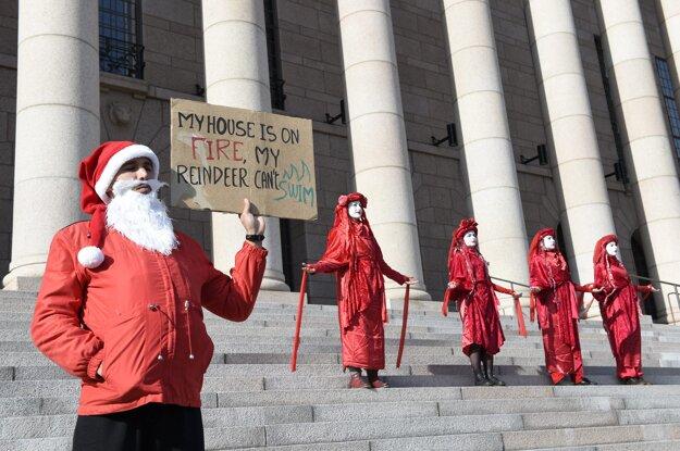 Pred budovu fínskeho parlamentu postavil muž oblečený v kostýme Santa Clausa.