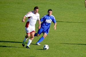 Daniel Brandis (v bielom) v súboji o loptu s Martinom Sivákom.