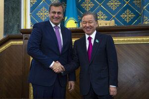 Na snímke vľavo predseda NR SR Andrej Danko a vpravo predseda Mažilisu - dolnej komory kazašského parlamentu Nurlan Nigmatulin počas prijatia 23. septembra 2019 v kazašskom Nur-Sultane.