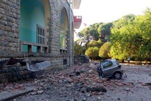 Vrak osobného auta je pred budovou Fakulty geológie po zemetrasení v Tirane.