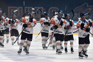 Tradičný obrázok Michalovčanov z posledných zápasov. Hráči nováčika a ich víťazná radosť.