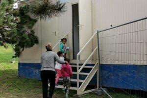 Na toalety chodia školáci do vedľajšej budovy.