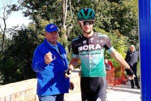 Rozhodca Milan Brutovský pred štartom etapy na pretekoch Okolo Slovenska s Erikom Baškom.