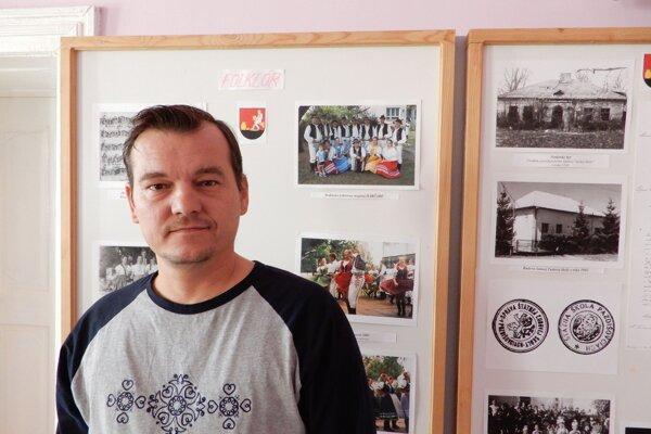 Na snímke Ondrej Novák, výrobca ľudových krojov pred panelom venovanom miestnemu folklóru v pamätnej izbe na obecnom úrade v Pozdišovciach