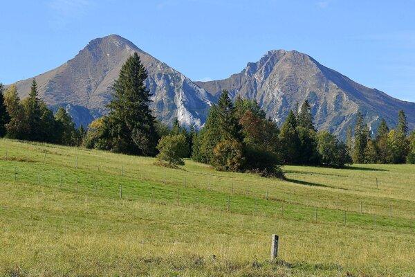 Ždiarska vidla (2 142 metrov nad morom - vľavo) a Havran (2 152 metrov nad morom).