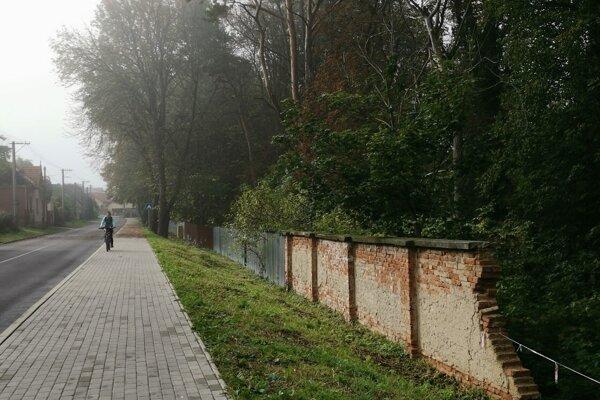 Levoča, Štúrova ulica. Prudká voda strhla aj časť nemocničného múru.