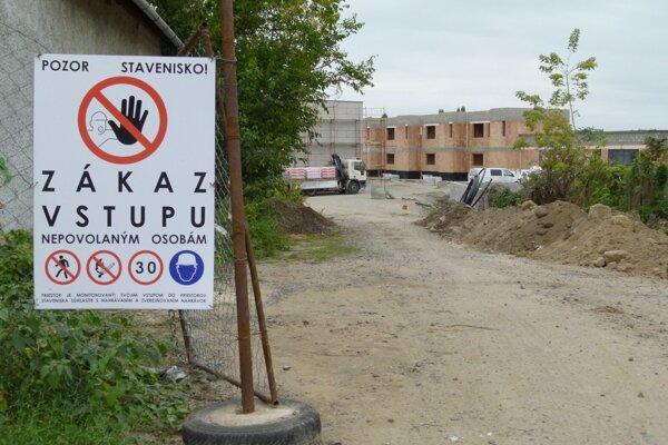 Jedna z nových ulíc, Hradná ulica, sa napája na Koháryho ulicu za Lesným závodom v Leviciach.