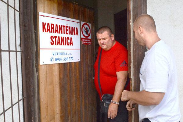 Martin Král pri vstupe do karanténnej stanice na Južnej triede.