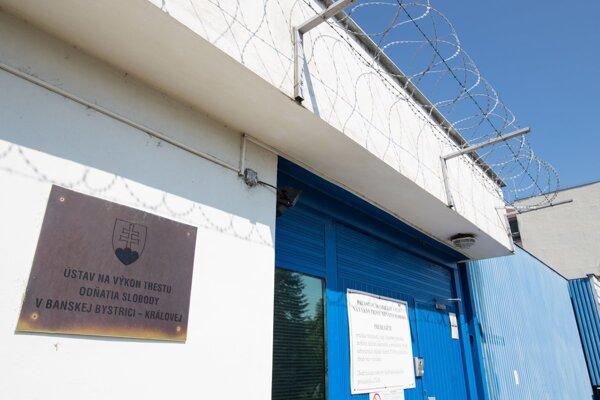 Proces sa za prísnych bezpečnostných opatrení koná v Ústave na výkon trestu v Banskej Bystrici.