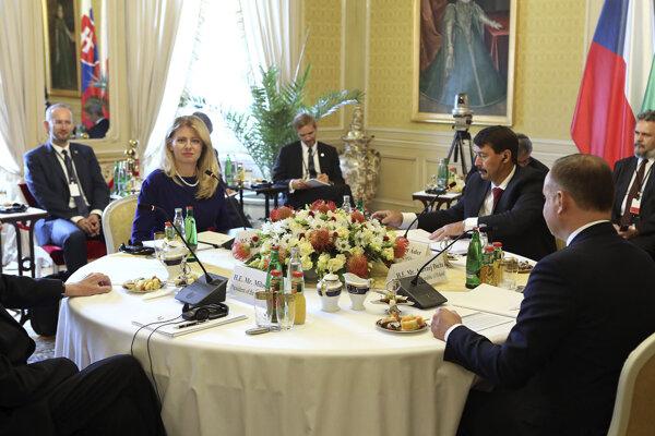 Zľava český prezident Miloš Zeman, slovenská prezidentka Zuzana Čaputová, maďarský prezident János Áder a poľský prezident Andrzej Duda počas dvojdňového summitu prezidentov krajín Vyšehradskej štvorky.