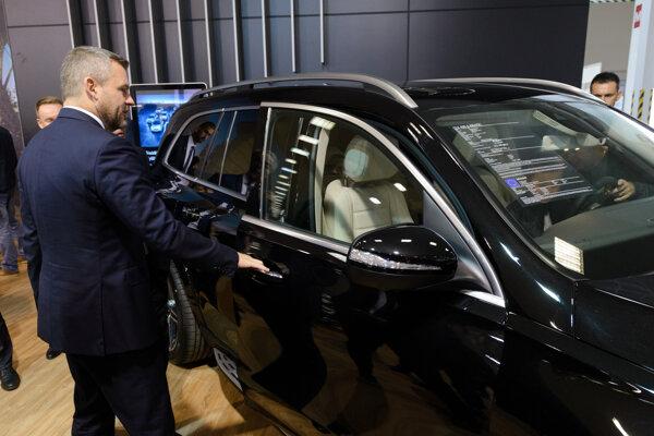 Predseda vlády SR Peter Pellegrini (v popredí) počas prehliadky automobilov v rámci otvorenia Autosalónu Nitra.