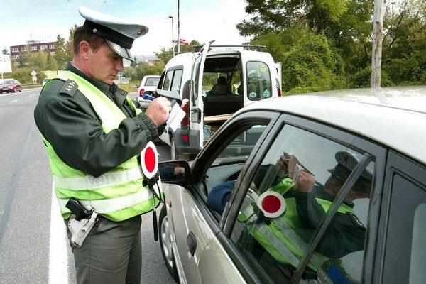 Alkohol budú policajti kontrolovať častejšie.