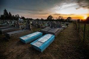 Hroby sa odlišujú už na prvý pohľad, podľa aktivistov to bol zámer.
