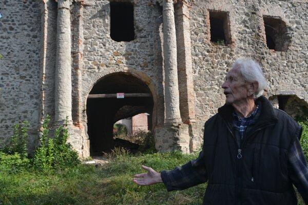 89-ročný Teodor Berecz, syn niekdajšieho správcu honosného sídla pánov, smúti.