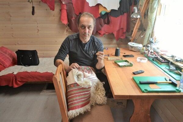 Rastislav Kazár pri práci, ktorú miluje a pomáha mu zabudnúť na chorobu.