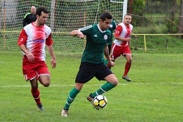 Žaškov (v bieločervenom) vyhrával po 1. polčase 3:1. Po obrátke dostal až päť gólov.